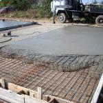 Широкое применение недорогого строительного материала.