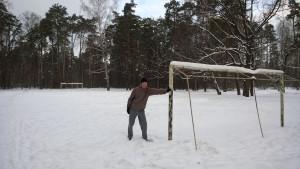 футбольное поле в лесу